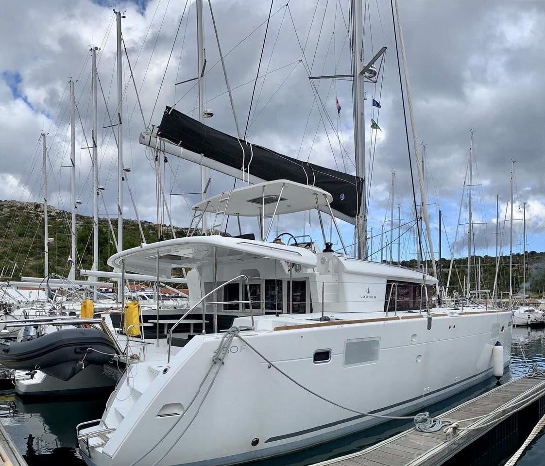 Lagoon 450 Advocate - (AC/GEN, Hard Top, 20LE Dingi) | Katamaran Charter Kroatien
